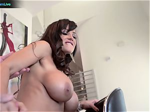 milf adult movie star Lisa Ann goes for a morning hump
