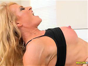 ash-blonde sporty cougar Amanda Verhooks muff drilled