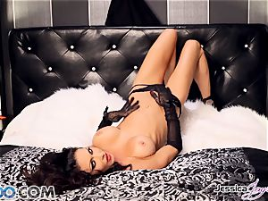 Jessica Jaymes playing with her magnificent snatch pie