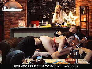 LOS CONSOLADORES - Cassie Fire satisfied in 4some